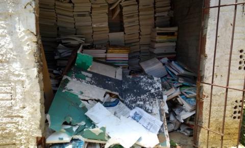 Escola pública de Curimatá joga livros didáticos no lixo