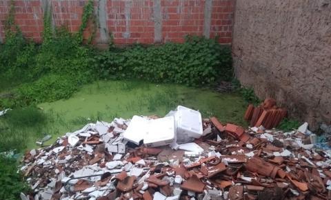 Moradores da rua Barão do Paraim em Corrente denunciam acúmulo de lixo em terreno particular