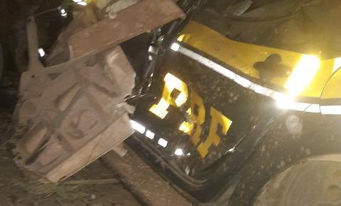 Batida envolvendo duas carretas e uma viatura da PRF deixa mortos e feridos na BR 135 em Riachão das Neves