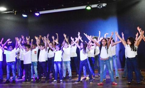 Escola Antônio Rocha faz homenagem às mães na Casa da Cultura