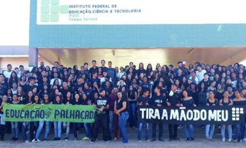 IFPI Corrente realiza abraço simbólico em protesto contra os cortes na Educação