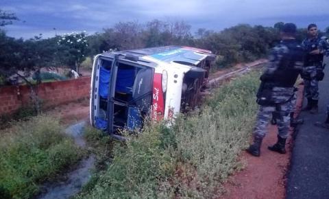 Ônibus tomba com 15 passageiros e deixa um gravemente ferido em São Raimundo Nonato