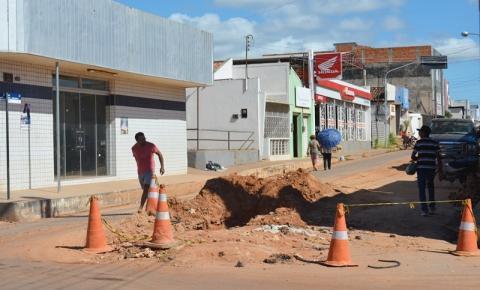 Obra particular prejudica o trânsito na rua principal do Centro de Corrente há duas semanas