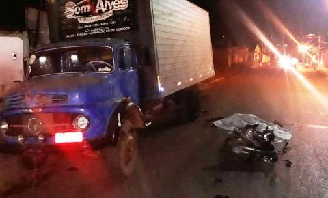 Duas pessoas morrem em colisão de moto contra caminhão estacionado em Corrente