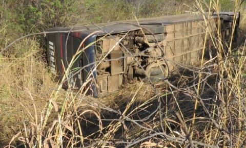 Ônibus tomba na BR-135 em Formosa do Rio Preto e deixa nove feridos