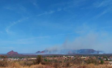 Grandioso incêndio se alastra próximo à Serra Dois Irmãos, um dos cartões postais de Corrente