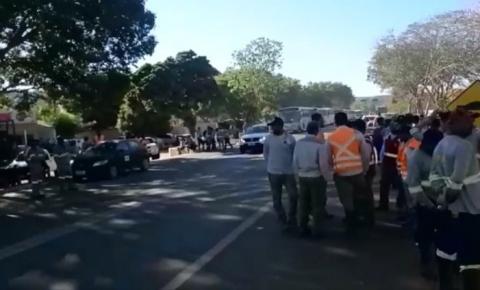 Trabalhadores da Usina Solar São Gonçalo impedem acesso ao canteiro de obras em protesto por direitos trabalhistas