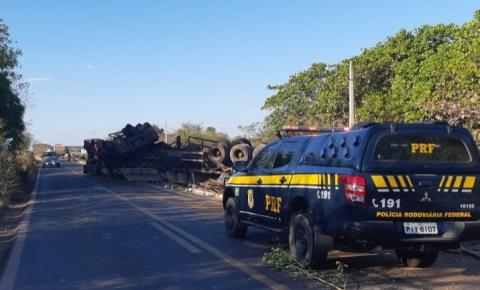 Motorista embriagado tomba caminhão na BR 135 e rodovia encontra-se parcialmente interditada
