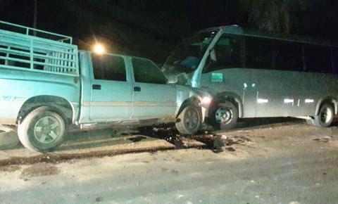 Colisão entre caminhonete e micro-ônibus deixa vários feridos na BR 135 em Corrente