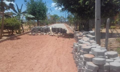 População do bairro Jacolândia, em Corrente, reclama da demora em obra de calçamento