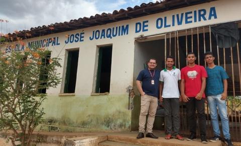 Professor e alunos do curso Técnico em Informática do IFPI instalam internet em escola da zona rural de Corrente