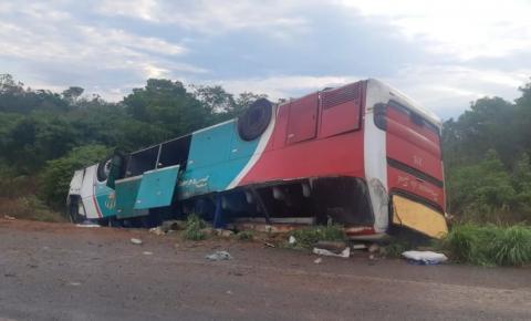 Ônibus da Princesa do Sul capota e deixa mortos e feridos na BR-135