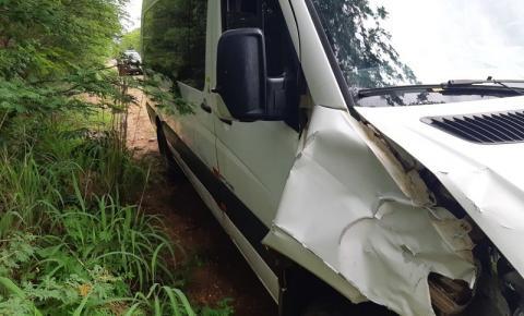 Acidente entre van e moto deixa uma vítima fatal na BR 135 em Corrente