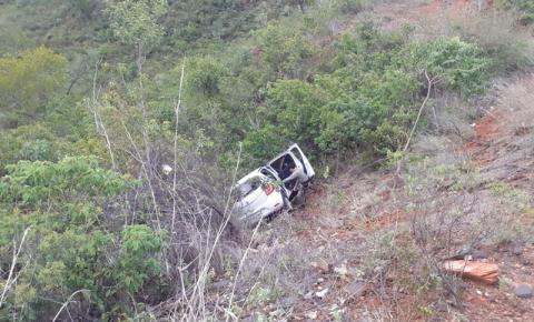 Idoso cadeirante é resgatado de veículo que caiu em uma ribanceira na BR 135, região da Santa Marta