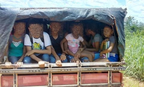 Pau-de-arara leva crianças para a escola em Cristalândia do Piauí