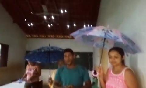 Com guarda-chuva dentro da sala de aula por causa das goteiras, pai denuncia más condições de escola na zona rural de Corrente