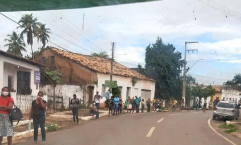 Saque do auxílio emergencial causa fila enorme em Corrente