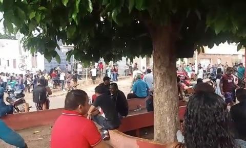 No segundo dia de saque do Auxílio Emergencial, população lota bancos e ruas de Corrente