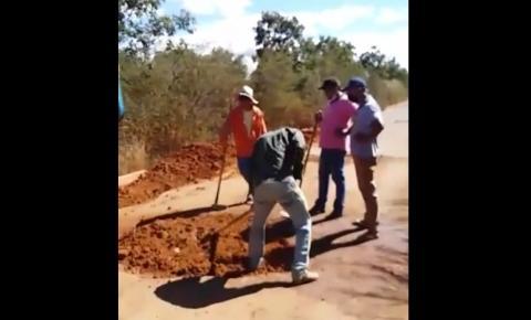 Moradores realizam ação tapa buracos na PI-255 entre Parnaguá e Corrente