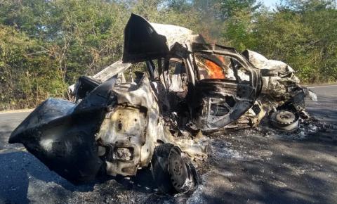 Duas pessoas morrem carbonizadas em colisão entre carro e caminhão na BR-135 em Monte Alegre