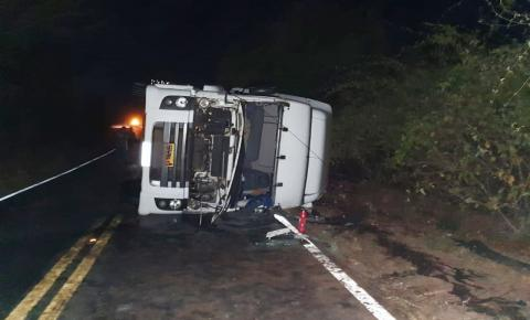 Caminhão tomba na BR 135 em Redenção do Gurgueia e duas pessoas ficam feridas