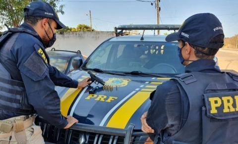 PRF prende na BR 135 em Corrente traficante portando arma de fogo de uso restrito das forças policiais