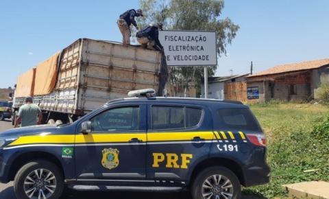 PRF apreende 45 m³ de madeira ilegal na BR 135 em Corrente e autua condutor por crime ambiental