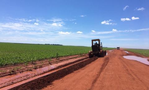 Produtores fazem manutenção das estradas da soja no cerrado