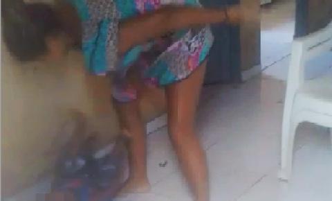 Mulher filmada espancando criança em Barreiras do Piauí é conduzida à delegacia