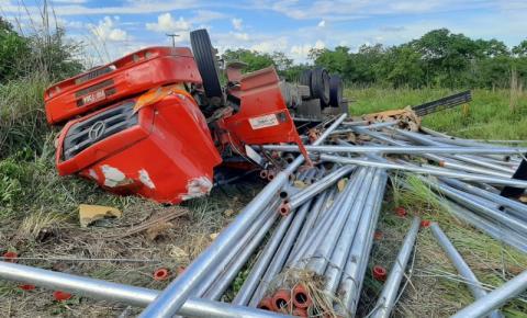 Acidente com caminhão carregado de barras de alumínio tomba na BR 135, na curva do Paraim