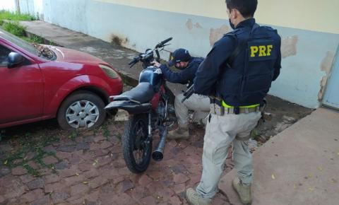 PRF apreende motocicleta adulterada na BR 135 em Corrente e prende homem por receptação