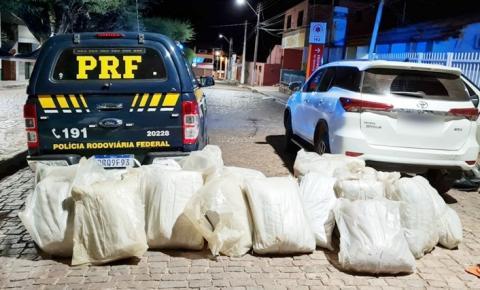 Homem é preso pela PRF com grande quantidade de maconha escondida em carro de luxo