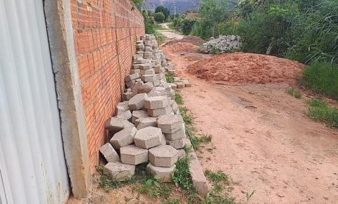 Morador do bairro Jacolândia em Corrente denuncia interdição de rua em obra iniciada há mais de um ano