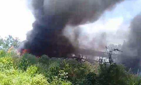 Ônibus de passageiro pega fogo em trecho da BR-135 na manhã desta sexta-feira