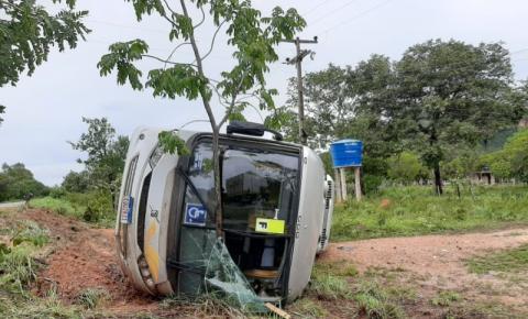 Ônibus com 38 passageiros tomba na BR 135 em Corrente