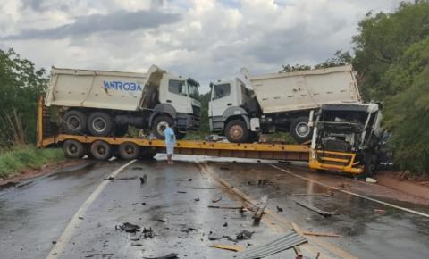 BR 135 fica totalmente interditada na Serra da Santa Marta no final da tarde desta sexta após colisão entre dois caminhões