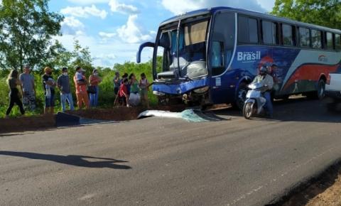 Ônibus de passageiros colide na traseira de uma carreta na BR 135 entre Gilbués e Monte Alegre