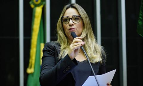 Rejane Dias quer auxílio emergencial em dobro para mulheres chefes de família