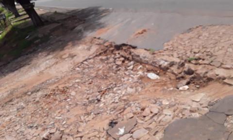 Moradores de Gilbués voltam a reclamar de cratera às margens da BR 135 no local que dá acesso ao Boqueirão