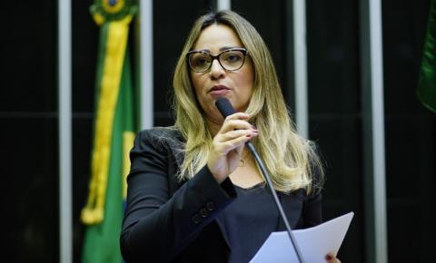 Rejane Dias vota contra PEC que diminui auxílio para R$ 250
