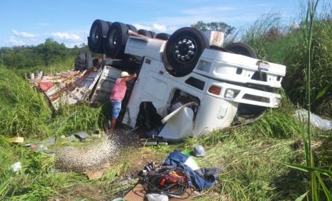 Caminhoneiro morre após carreta tombar em local de pista irregular da BR 135 em Corrente