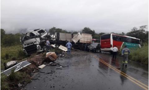 Identificadas vítimas de colisão entre ônibus e carreta no Sul do Piauí