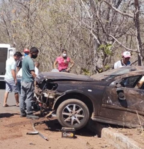 Veículo de passeio capota na BR 135 em São Gonçalo do Gurgueia por causa de ultrapassagem forçada de caminhão