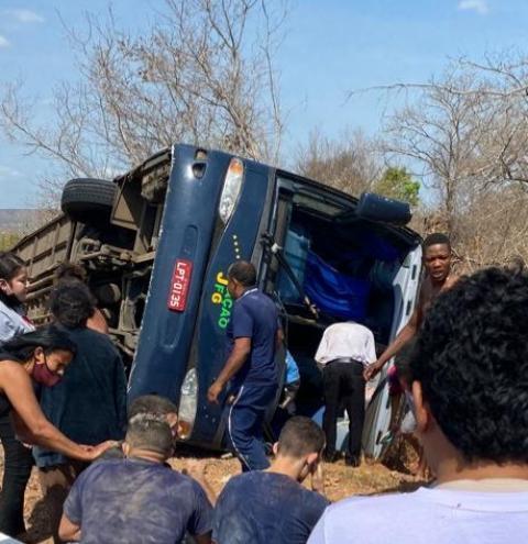 Grave acidente com ônibus de turismo deixa vários feridos na BR-135, em Colônia do Gurgueia