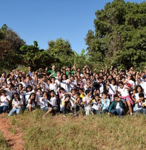 Estudantes participam de reflorestamento da mata ciliar no Rio Corrente no Dia Mundial do Meio Ambiente