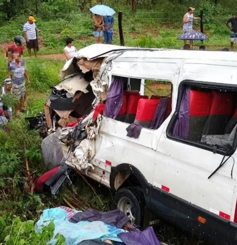 Criança de 7 anos está entre feridos em acidente com van que deixou três mortos em Riachão das Neves/BA