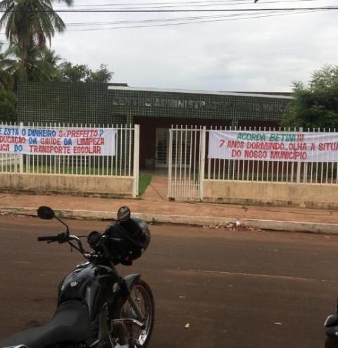 População do município de  Riacho Frio realiza protesto em frente à prefeitura