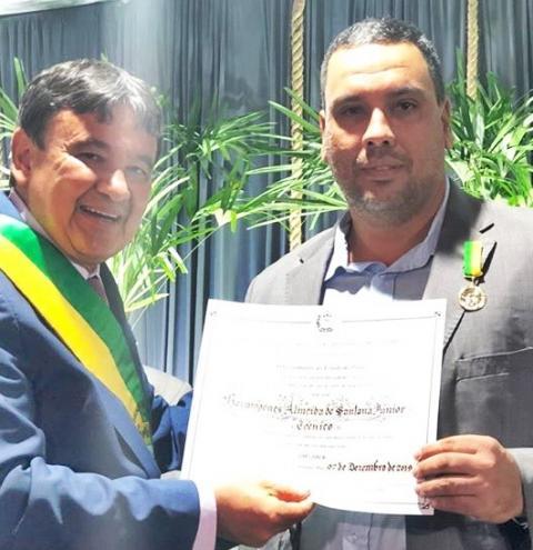 Professor da UESPI de Corrente recebe honrarias do Mérito Agropecuário das mãos do governador Wellinton Dias