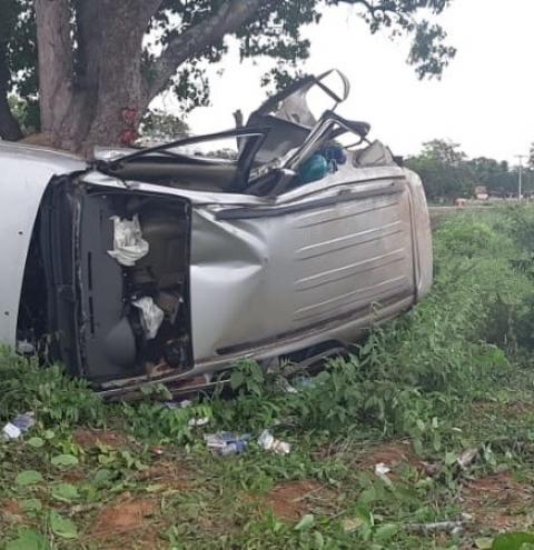 Caminhonete sai da pista e colide contra árvore na BR 135 em Monte Alegre