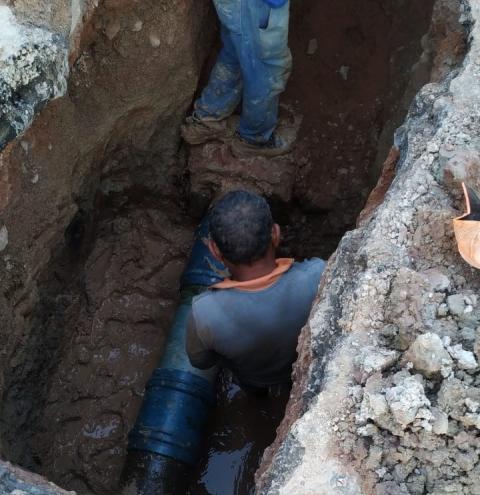 Rompimento de adutora deixa vários bairros sem água em Corrente